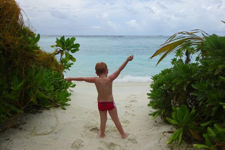 Maldive: spiaggia bianca, palme, pace. Lo sapete che i suoi atolli paradisiaci sono abbordabilissimi?Io e la mia mamma vi sveliamo come andarci con un budget inferiorea quello che spendereste in …