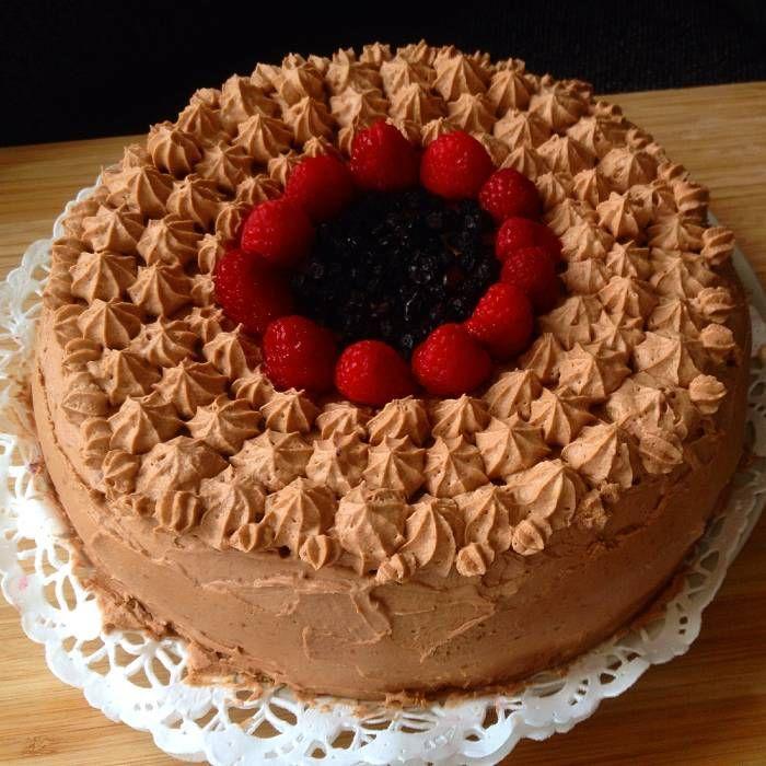 Tårta med hallonsmörkräm, blåbärmousse och frosting