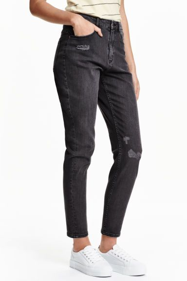 Mom Trashed Jeans: 5-pocketjeans van elastisch, gewassen denim met forse slijtagedetails. De jeans heeft een hoge taille en lichtjes taps toelopende pijpen.