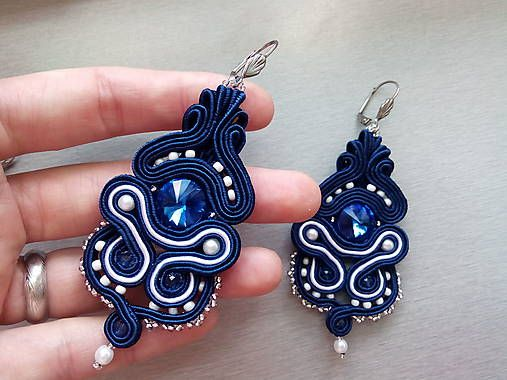 stebotavo / kráľovská modrá s bielou - šité šujtášové štebotavé náušnice