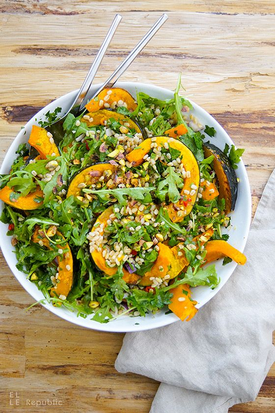 Gerstensalat mit geröstetem Kürbis und Zitronen-Kreuzkümmel-Koriander-Dressing mit Rucola, Koriander und Petersilie