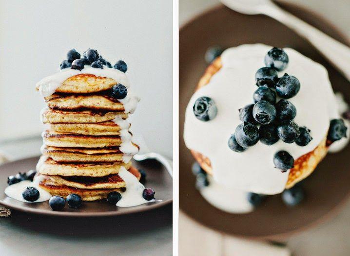 Para 4 pessoas     2 chávenas de farinha de aveia   2 iogurte natural (+ 1 para servir)   2 ovos   1/2 chávena de leite   1 banana     Mi...