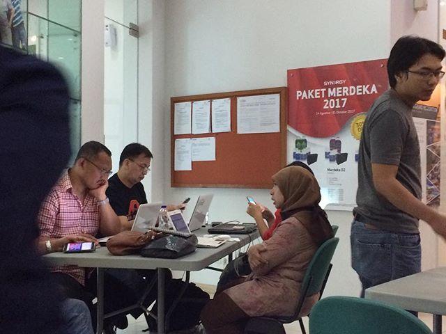 """""""Apa smartphone pilihan Anda? Ternyata Samsung, Oppo, dan Asus masih mendominasi pasar smartphone Indonesia.  Diprediksi pada 2018 jumlah pengguna aktif smartphone di Indonesia lebih dari 100 juta orang. Dengan jumlah sepotensial itu, Indonesia akan menjadi negara dengan pengguna aktif smartphone terbesar keempat di dunia setelah China, India, dan Amerika. """"Tingkat penetrasi internet di Indonesia mencapai 40 persen. Diperkirakan pada tahun 2020 penetrasi ini akan meningkat lebih pesat,"""" ujar…"""