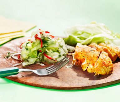 Kyckling med orientalisk smak av spiskummin, sambal oelek och curry. Till den yoghurtmarinerade kycklingen serveras sval gurka med fin hetta av spansk peppar. Som alltid bör kyckling tillagas försiktigt i 150 graders värme för att inte bli torr och hård.