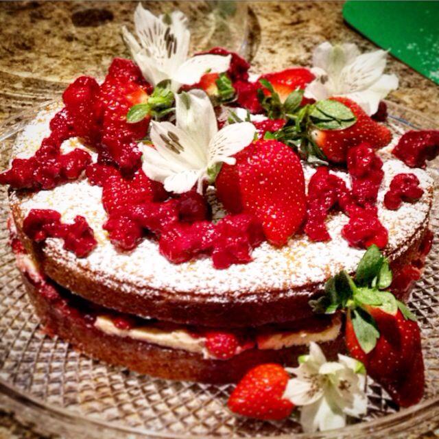Naked Victoria sponge cake@thecakekeeper