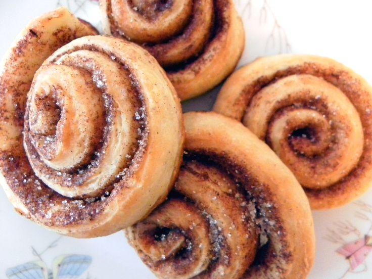 Bevor nächste Woche ganz hochoffiziell die Weihnachtsbäckerei eröffnet wird, möchte ich Euch noch ein Rezept für wunderbar leckere Zimtschnecken vorstellen. Zutaten für den Teig 250g helles Mehl 2 …