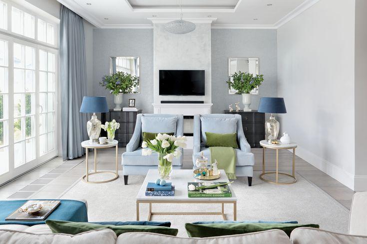 Ten dom jest już gotowy na Wielkanoc. Fot. Aneta Tryczyńska. #Wielkanoc #salon #trendy #wystrój #dekoracje #zajączki #świąteczne #ozdoby #wielkanocne #pomysły #inspiracje #Weranda #salony #wnętrza #architektura #kanapa #błękitna #sofa #niebieska #lampy #abażur #kominek #fotele #dom #Polska #stylowe #pomysł #urządzanie