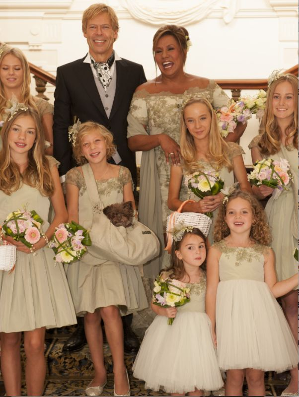 Aparte kleur de trouwjurk van Patty Brard en de bruidsmeisjes, vriend Antoine van de Vijver heeft ook een aangepaste outfit aan.