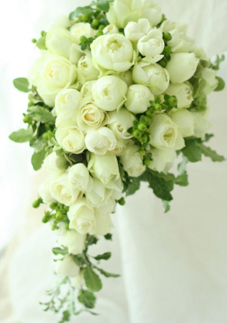 ブーケ セミキャスケード 白い丸いバラと黄緑の実