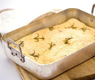 Bjud på Italiens egna bröd med detta recept på focaccia med aromatisk rosmarin eller kanske len olivtapenad. Låt din deg jäsa en stund i formen före du gräddar brödet i ugn toppat med salt och olivolja. Skär upp din focaccia och servera det direkt.