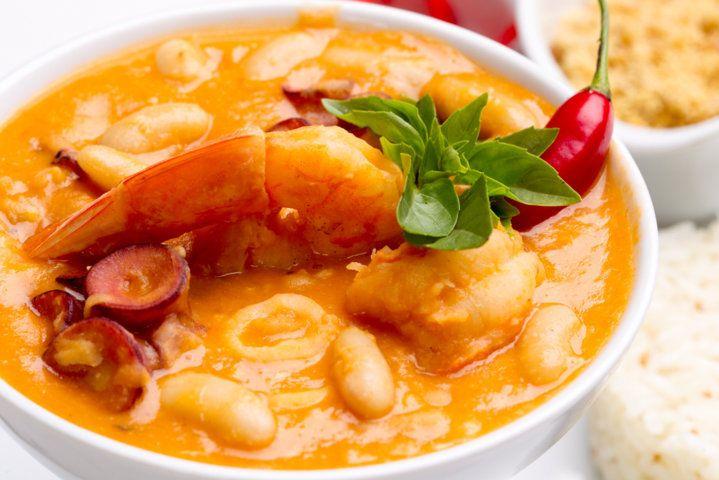 Perfeito! Feijoada de frutos do mar com feijão branco, arroz de jasmine e farofa de banana.