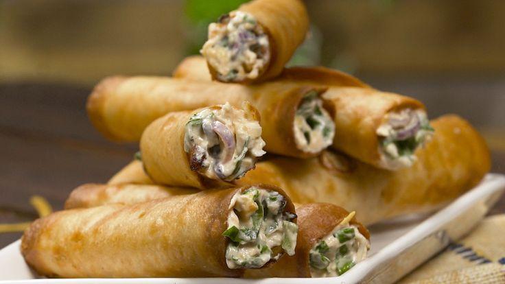 Receta con instrucciones en video: Taquitos de Pollo con crema de verdeo, ¿Acaso hay algo mejor? Ingredientes: 12 tortillas (trigo o maíz), 2 tazas pollo hervido y desmenuzado, 200gr queso crema firme, ⅓  taza crema de leche/ nata, ½  taza salsa tomate, 1 ½  taza cheddar rallado, 1 ½  taza espinaca picada, Sal, pimienta, ½  taza cebolla de verdeo picada, Aceite para freír