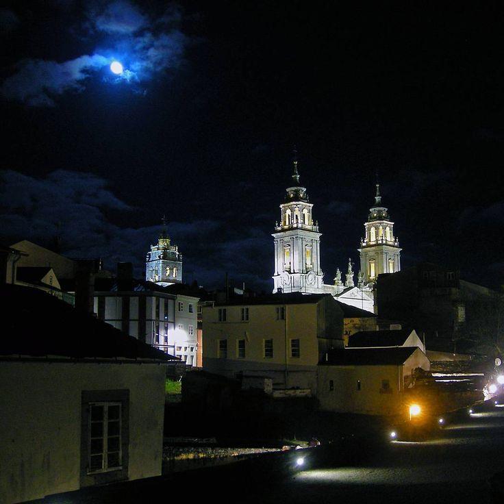 La noche cubre #Lugo desde su muralla romana vía @carlinhos_75 #Galicia #SienteGalicia