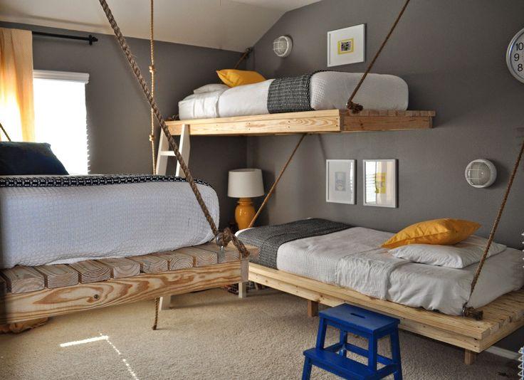 Un dortoir avec lits suspendus