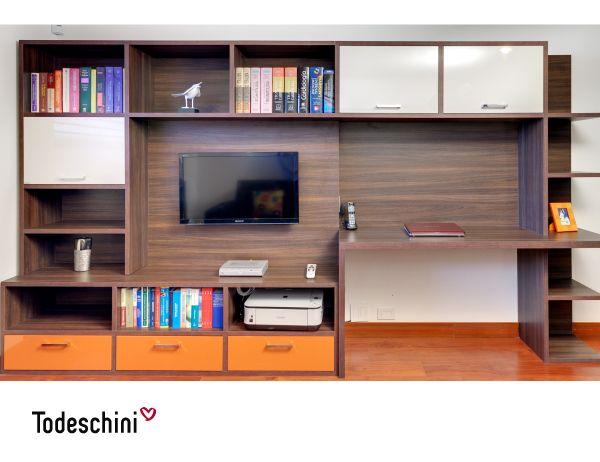 Modernidad y estilo para tu home office. En este diseño combinamos las funciones de scritorio, biblioteca y mueble de TV, creando un espacio funcional e ideal para trabajar.  #Diseñodeinteriores #Decoración #Todeschini #ambientes #mueblesamedida #homeoffice