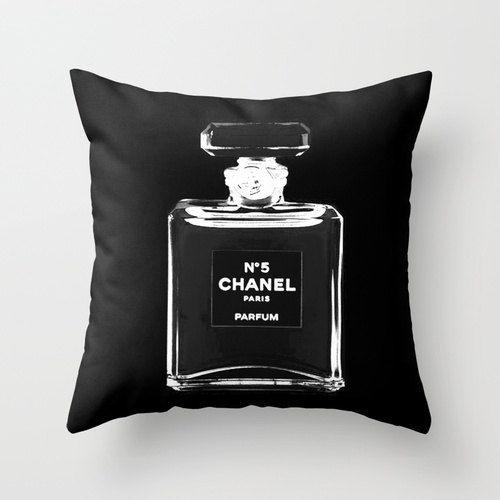 Il nostro cuscino di ultra morbido vellutino in bianco e nero ispirato da Chanel con la nostra originale illustrazione di moda. Aggiungere un tocco di glam moda arredamento camera da letto con questo cuscino moda chic. Fa un regalo unico per lei! Ottimo come regali per i migliori amici, regali per le sorelle o i regali per le zie.  18 x 18 02.22  * Cuscino cuscino solo, inserto non incluso *  -Scegliere di avere il disegno stampato su entrambi i lati - scegliere il doppio ha parteggiato (2…