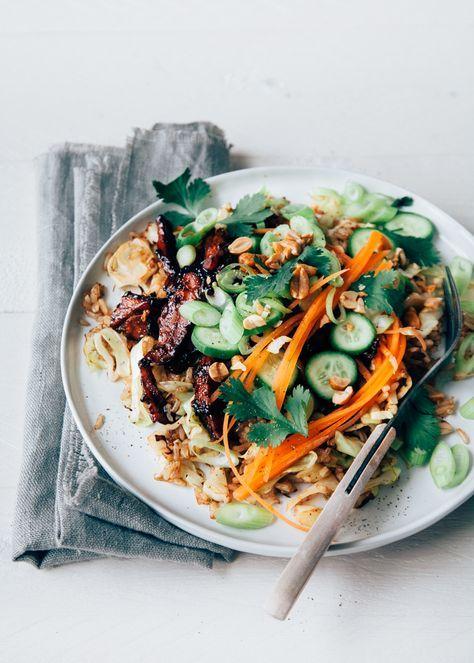 Super lekkere kleverige Koreaanse kip met gebakken rijst, spitskool en frisse komkommer en wortel salade. Lekker recept voor doordeweeks.