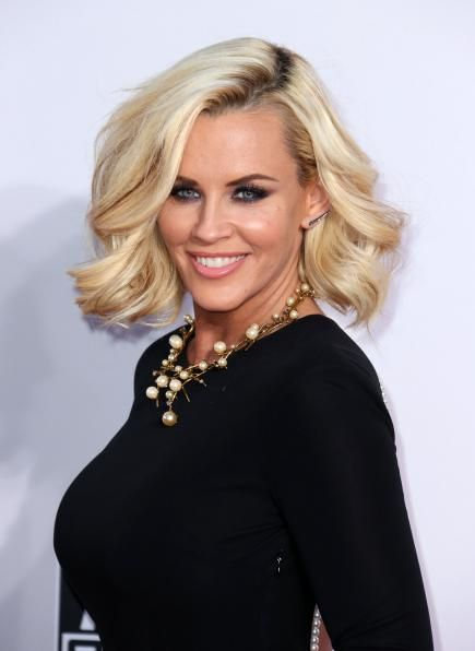 Still a babe at 42, Jenny McCarthy sports a luscious bob that has the power to make any girl jealous with its amazing body and shine. #Celeb #Beauty