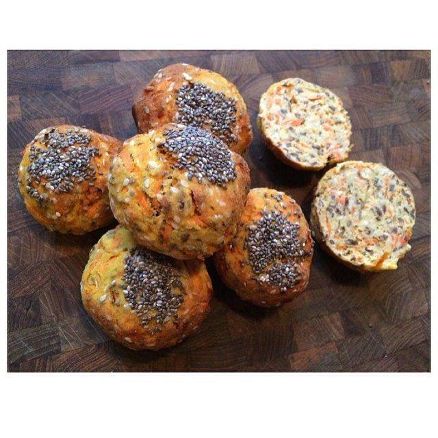 Mandelmelsboller (6 stk.) 65 g mandelmel, 30 g hørfrø, 30 g sesamfrø, 2 tsk chiafrø, 2 æg, 1 æggehvide, 2 spsk HUSK, 2 revede gulerødder, ½ tsk bagepulver. Bages ved 180 grader i ca. 20 min.