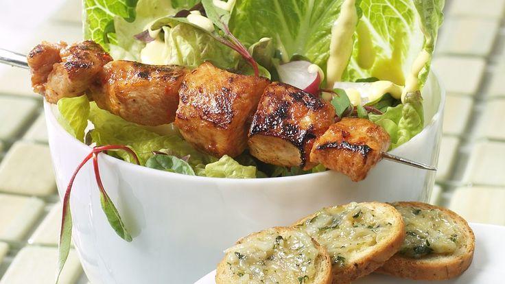 Server kyllingspidd rett fra grillen til Cæsarsalaten. Sommerlig og delikat.