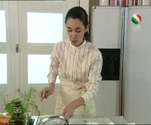 L'insalata di salmone affumicato è perfetta per realizzare in poco tempo una ricetta estiva, facile e veloce. Csaba Dalla Zorza ci suggerisce il giusto procedimento. http://www.arturotv.tv/cucina-ricette/antipasti/insalata-salmone-affumicato-ricetta-estiva