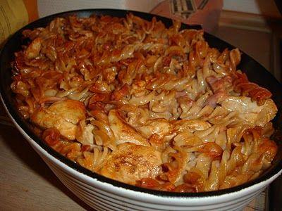 Pastaret med kylling og tomat Ingredienser3 Kyllingefileter1 pakke bacon i tern 400 g. fuldkornspasta1 stor dåse tomatpure3 dl. minimælk2 dl. vand1 bouillonterning 1/2 liter mornaysauce5% Fremgangsmåde Pastaen koges efter anvisning på pakken. Baconternene steges sprøde på en pande. Kyllingefileterne skæres i mindre stykke og steges på panden. Krydr dem med salt, barbecue og paprika. Bacon, …