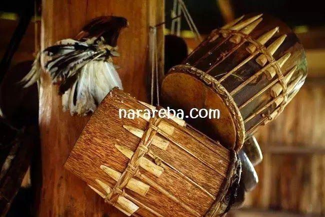 Cinta tak harus memiliki, itu kata-kata penghiburan yang diberikan lagu, pepatah dan puisi. Untuk kasus tertentu, iya. Kali ini, berbeda. Ketika cinta itu adalah hubungan dua pasang kekasih, memiliki adalah pengakuan mutlak untuk kesalingan yang terjadi antara dua orang  Source: http://www.narareba.com/2013/03/kembaran-bintang.html @narareba #Manggarai #OrangManggarai #ManggaraiFlores