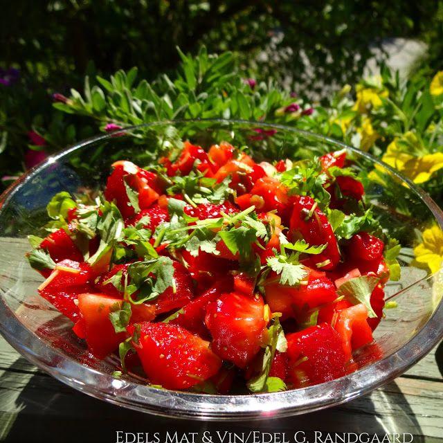 Perfekt tilbehør til grillmaten !Smaker nydelig sammen med laks og kylling, men passer også godt til grillet kjøtt og spekemat !Søtt, sterkt og syrlig🍓  Du trenger: 400 g jordbær 1/2 vårløk 1 rød chi