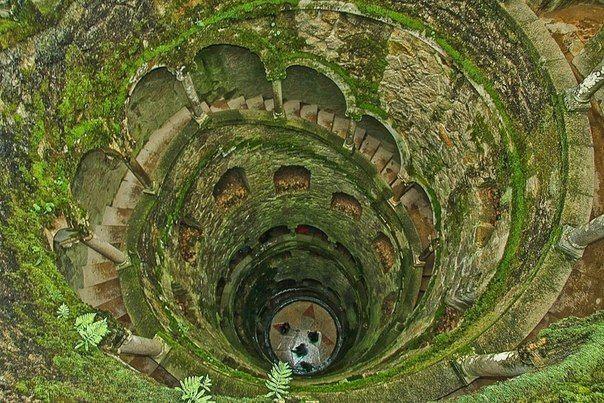 """Колодец Посвящения, Синтра, Португалия Находится он в парке Кинта-да-Регалейра,  Колодец посвящения - самая мистическая из всех загадок сада. На дне колодца выложен огромный крест тамплиеров, вписанный в восьмиконечную звезду - герб Монтейру. Считалось, что человек, вошедший в подземелье, поднимается по спирали вверх и познает таким образом свою душу, начиная в темноте, поднимаясь к свету и выходя в """"райском саду"""". Компасы здесь всегда показывают на восток."""