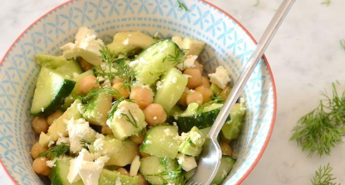 Een lekker en gezond voedselzandloper recept is deze kikkererwtensalade met feta en avocado.