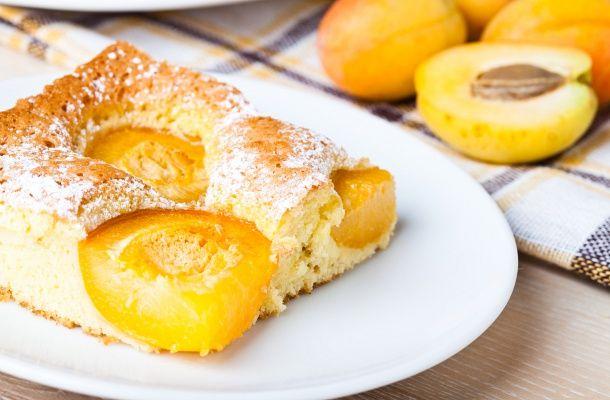 A legegyszerűbb édességek közé tartozik a sárgabarackos süti. Csak keverj össze mindent, és süsd meg!