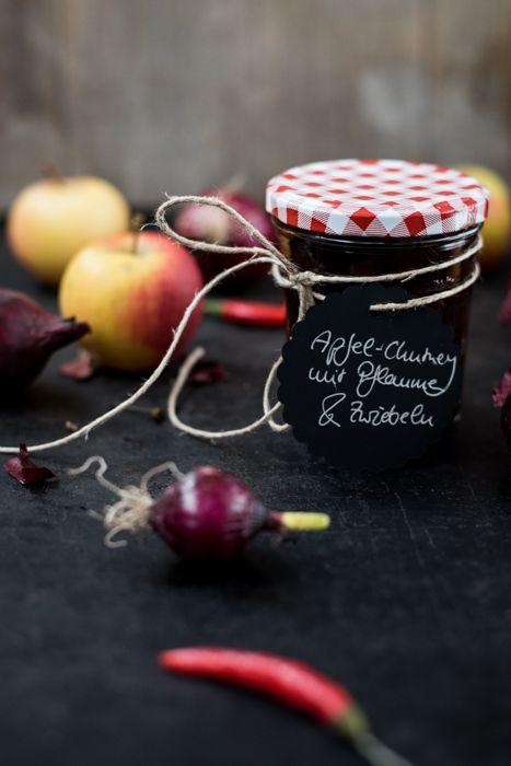 Geschenkidee aus der Küche: Herzhaftes Chutney selbermachen. Passt zu Fleisch, aufs Brot, zu Burgern oder zu Käse.
