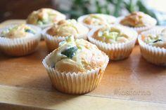 I muffins salati alle zucchine preparati con albumi sono simili a piccoli panini, e sono perfetti come stuzzichino oppure come merenda salata!