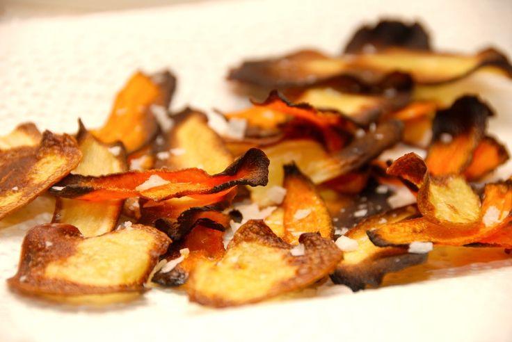 Opskrift på hjemmelavede rodfrugtchips i ovn, hvor du på 10 minutter tryller rodfrugter om til de lækreste og sprødeste chips. Uden fritureolie. Hjemmelavede rodfrugtchips er en hurtig snack, som d…