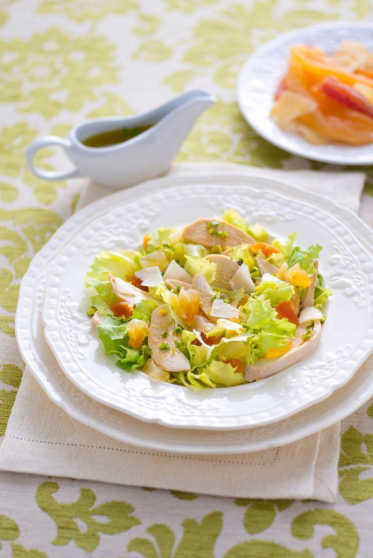 Aggiungi mango, papaya, ananas e zenzero al pollo e crea un'insalata esotica ricca di vitamine e povera di calorie. Prova la ricetta di Sale&Pepe.