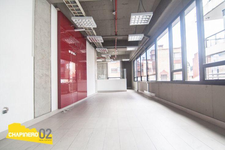 Se vende o arrienda #moderna #oficina de 128 mt2 + 25 mt2 de #terraza, ubicada en el barrio #ChapineroAlto en #Bogota. Cuenta con 2 espacios amplios, cableado estructurado, baños exteriores y 2 garajes privados. Para más información o agendar una visita comunícate con nosotros.