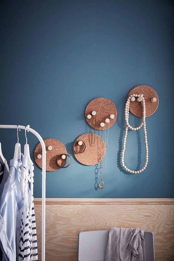 Oude producten hergebruiken: een sieradenhanger van kurk  | IKEA IKEAnederland IKEAnl wooninspiratie inspiratie DIY kurk AVSKILD onderzetter onderzetters sieraad sieraden sieradenophangers MULIG kledingrek