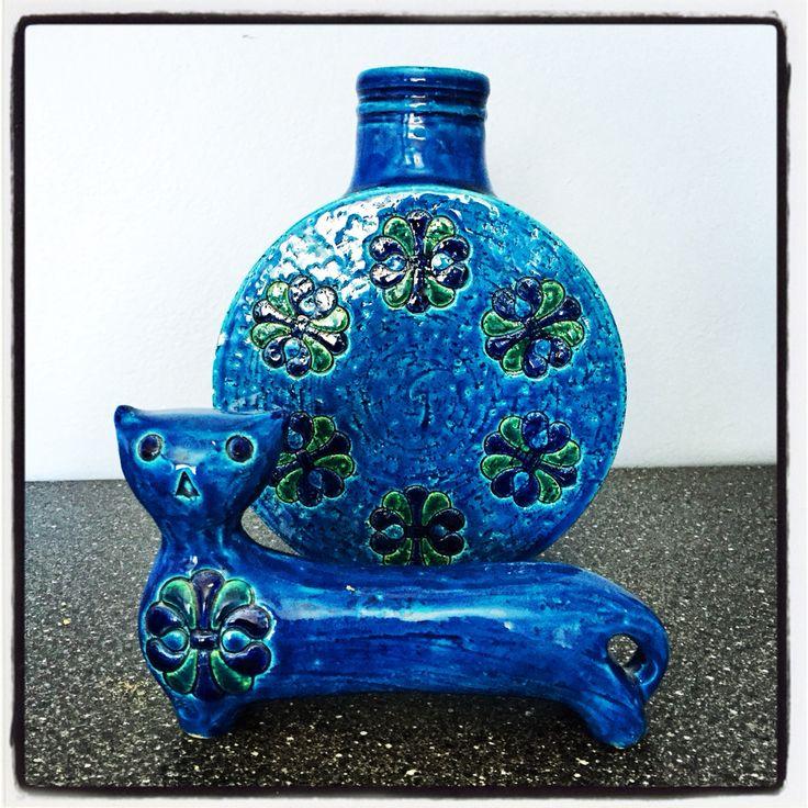 Katt og flaskevase fra Bitossis Rimini Blu-kolleksjon