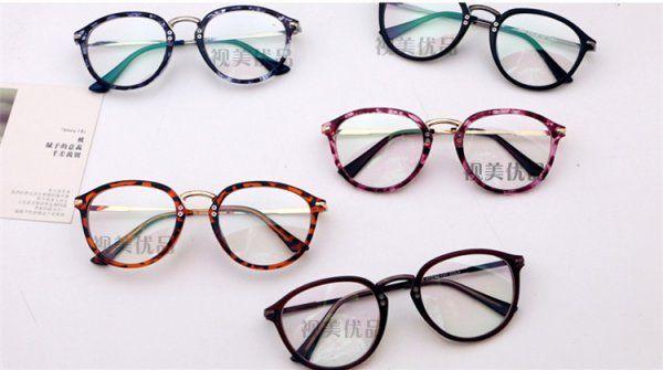 有名人がかけている丸めがね・ラウンド眼鏡おすすめ。気持ちいい!お洒落メガネの定番丸ラウンドメガネ!モデルや芸能人が、雑誌やSNSでかけているアイテム大公開!丸メガネを使ってお洒落SNAPに!