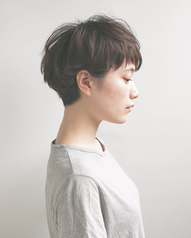 ショートは後頭部のシルエットに気を使うのです . ポイントはアゴのライン♪ . . hair&make@botan_hiramoto #MoToスタイル#表参道ボタン #簡単スタイリング #ヘアスタイル #ショート #ショートヘア #パーマ#カラー#キナリノ#美容院#メイク#撮影#美容学生#ナチュラル#hairstyle#hair#permanent