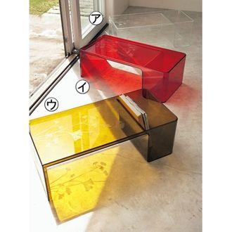 マガジンラックと一体型のコンパクトデザインのサイドテーブルです。鮮やかな色味が空間のアクセントに。デザイナーはパトリシア・ウルキオラ。