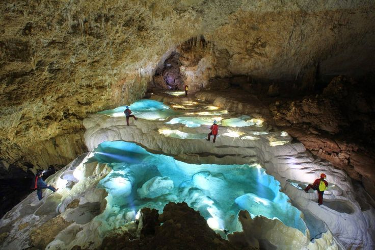 【ケイビング】それは洞窟の中を探検すること!鹿児島県の沖永良部島(おきのえらぶじま)には200〜300近くの鍾乳洞があります。普段は見ることの出来ない地下の世界に潜り込んで、非日常な体験をしてみよう★