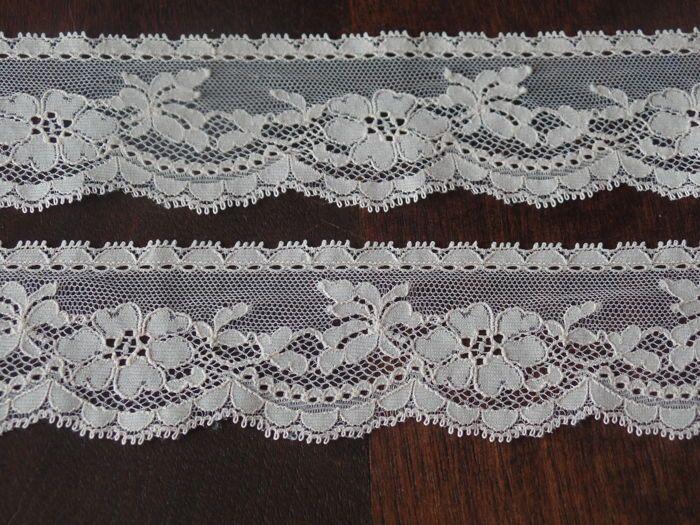 Drie stukken Franse kant van elk 3,33 m x 5,5 cm, pèche kleur.