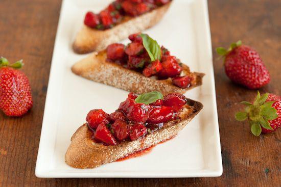 Strawberry Bruschetta with Balsamic Vinegar and Basil by pinchmysalt #Bruschetta #Strawberry #pinchmysalt