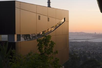 Having obtained a lot with a commanding bay view, architect Charles Debbas set out to create a dwelling for his family that made the most of its location. Debbas says he took his inspiration from the site, incorporating the hillside, the city and the constantly changing light into the design. #SanFrancisco