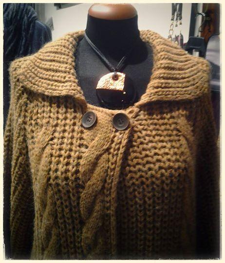 """Buon martedì. Collana ZSISKA collezione """"Desert"""". Cardigan, in misto lana e mohair, taglio """"bon-ton"""". Un autfit perfetto."""