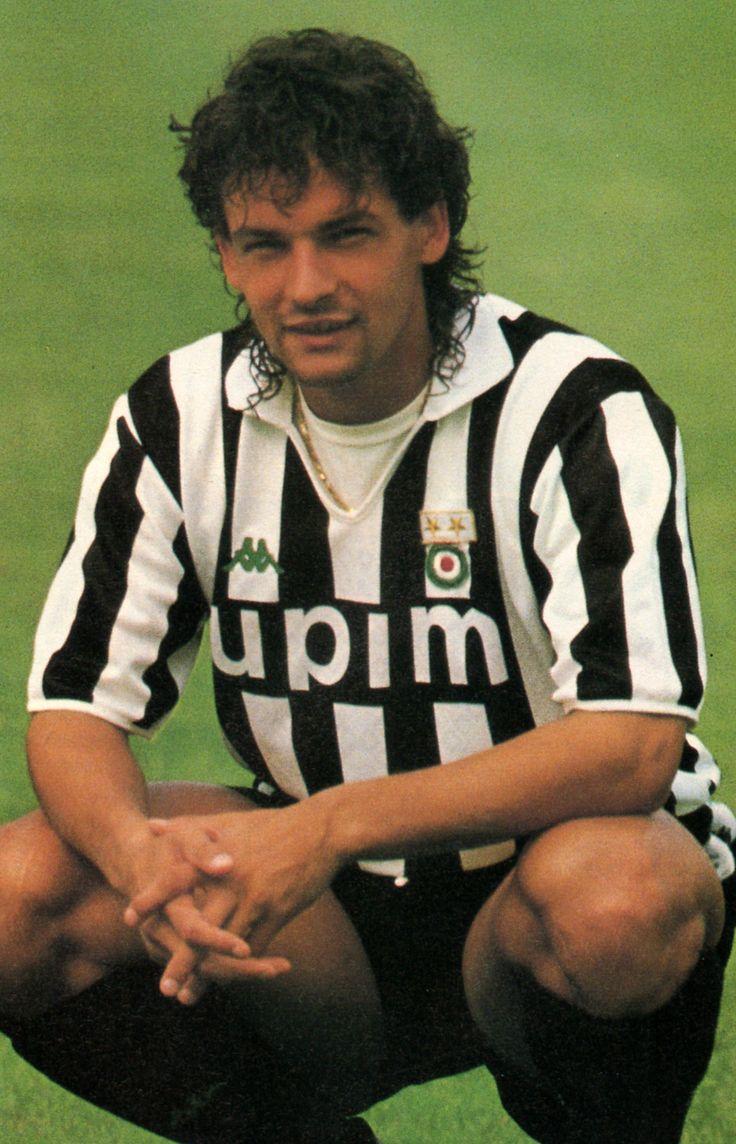 Roberto Baggio en 1990, fue adquirido por la Juventus, por 10 millones de euros, siendo todo un récord en traspasos. Cuando disputó su primer partido como bianconeri contra la Fiorentina, Baggio se negó a lanzar un penalti, declarando: «En el fondo de mi corazón, siempre seré púrpura».