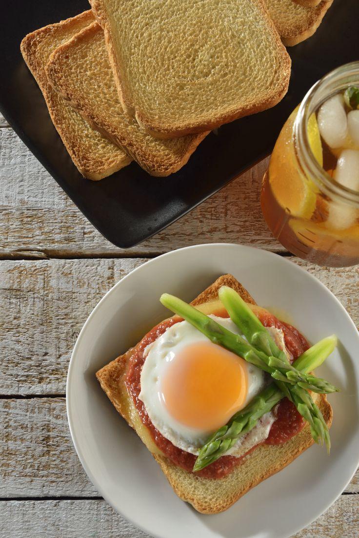 La receta de pan tostado con queso gouda, puré de jitomate y huevo estrellado es sencillamente deliciosa. Es un pan con queso derretido, con salsa de jitomate con champiñones, coronado con huevo estrellado y unos riquísimos espárragos.
