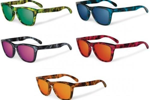 """Ritorna il Frogskin, pezzo iconico di Oakley, occhiale che ha fatto la sua storia e ha contribuito a rendere il brand quello che ora è. Lo abbiamo già visto proposto in varianti di colore estreme, lenti colorate, specchiate, montature in colori fluo e chi più ne ha più ne metta. Per l'estate 2012 viene riproposto in cinque varianti di colore """"acid tortoise"""", verde, blu, nero, rosa e marrone con lenti in tinta."""
