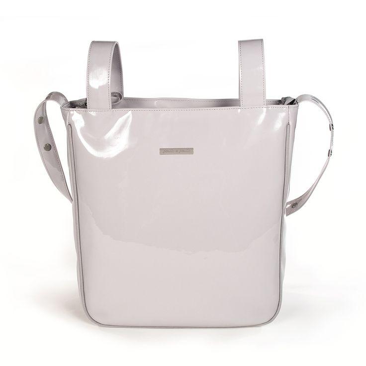 Bolsa panadera o bolso para silla de paseo weed Baby en charol gris con logo de Pasito a pasito. Bolsa para silla de paseo, muy elegante y práctica, para llevar todo lo que necesite tu bebé. Incluye asa larga para colgar en el hombro. Forro interior a tono con bolsillos. Se puede lavar a mano o a máquina a 30º. Los materiales utilizados están libres de colorantes azoicos, ftalatos y sustancias nocivas para la salud. Medidas: 35X35X10 cm. Bolsas de maternidad Pasito a pasito.